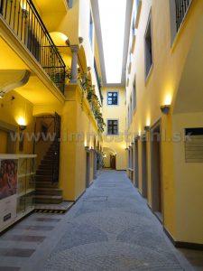 Obchodný priestor 20 m2 na prenájom v pasáži objektu na Michalskej ulici